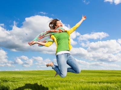 Hypnose – glückliche Frau springt in die Luft